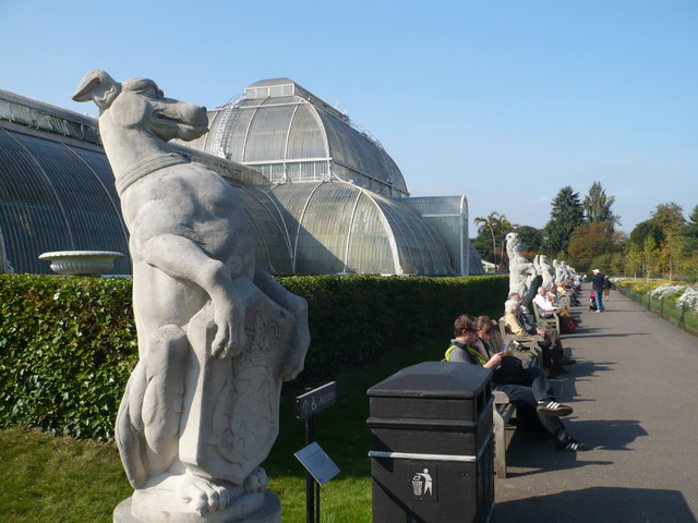 Path to the Palm House, Kew Gardens featuring the Queen's Beasts by pam fray [CC-BY-SA-2.0 (http://creativecommons.org/licenses/by-sa/2.0)], via Wikimedia Commons